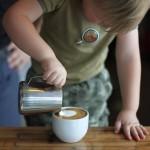 若干3歳。世界最年少のバリスタがカプチーノを作る「衝撃映像」が公開
