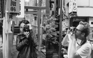ノーメイクで自然光。「リアルな女性の写真」で女性差別に立ち向かう愛に溢れるアクティビスト・カップル。