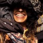 #16 持っている服を体にぐるぐる巻き。「自分の選択した服」が持つ意味を視覚的に考えさせる写真家|GOOD ART GALLERY