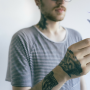 「ルーツのないタトゥー」を彫る若者たち