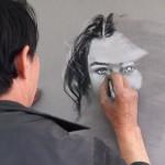 「ニキビ、肌荒れ、そばかすを誇張」。本物よりもブサイクに描く似顔絵師が世界中で大人気の理由
