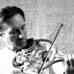 テニスラケット、スプーン、時計…。40年も前からガラクタを「バイオリン」に生まれ変わらせている男の正体。