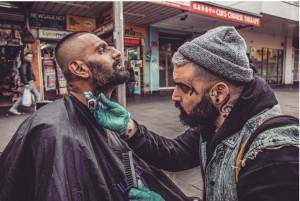"""""""元ヤク中""""で「現役バーバー」の男が、無料でホームレスの髪を切り続けて見つけた「人生に大切なこと」。"""