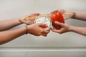 """余った食べ物は""""アプリ""""でお隣さんとシェア。食品廃棄を減らす「21世紀のご近所付き合いの形」とは。"""