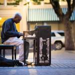 ホームレスからエリートまで即席コンサート!ポートランドならではのコミュニティ作りの秘訣は「要らなくなったピアノ」を街に放置することだった。