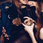 レイプ防止!「飲み物に入れられたドラッグ」を検出できるストローを開発した、3人の女子高生。