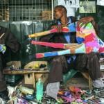 ビーサンをアートへ昇華。ナイロビの無職の人々が20年かけて築き上げた、「ゴミ」を「お金」にする方法